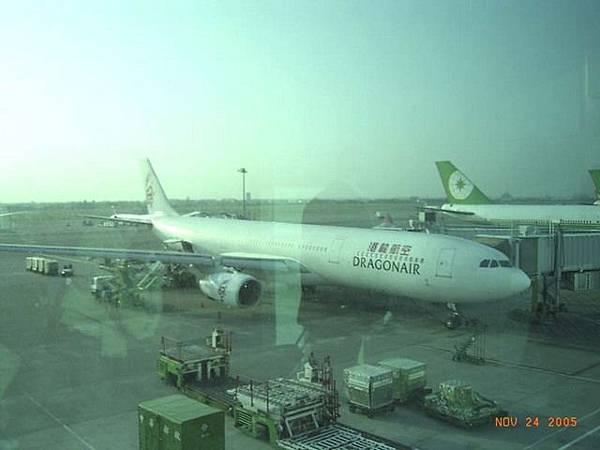 這是我們搭的飛機:港龍航空