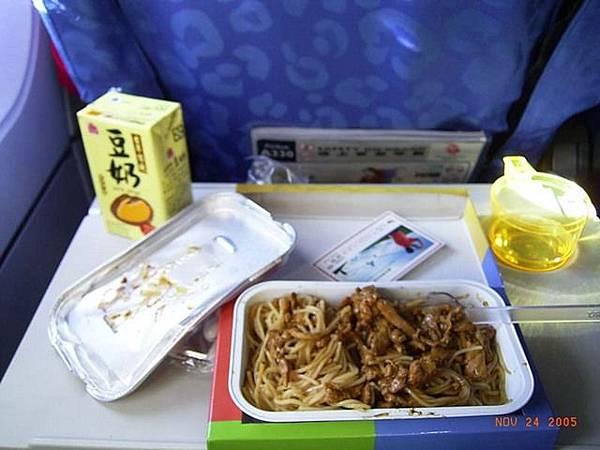 港龍的中餐:肉絲炒麵