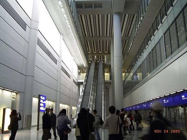 香港機場轉機捷運大廳