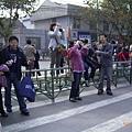 一群人在路中間準備照像