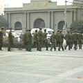 解放軍在總統府前面晃