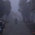 往花山謎窟的小路上,霧好濃