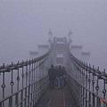 通往花山謎窟的吊橋