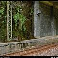 二月台在山壁旁,並滴著水