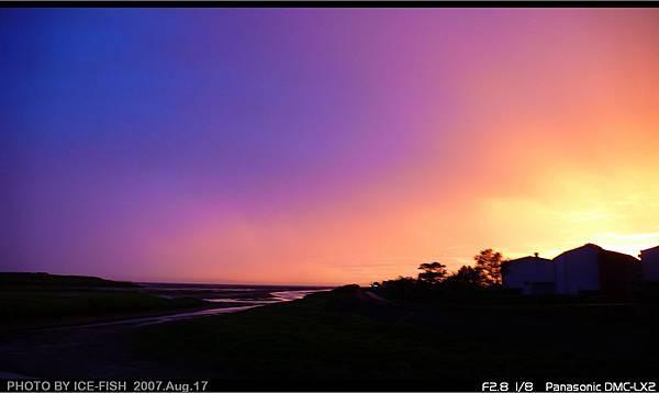 天色又紫又橘的