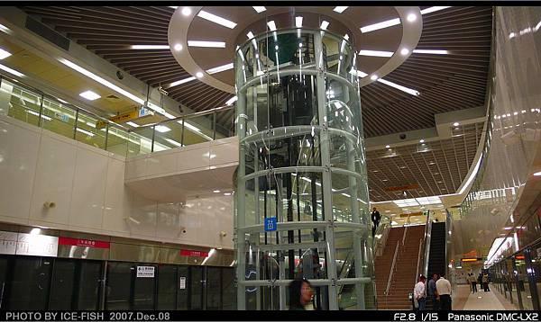 R8三多商圈-圓柱電梯特寫