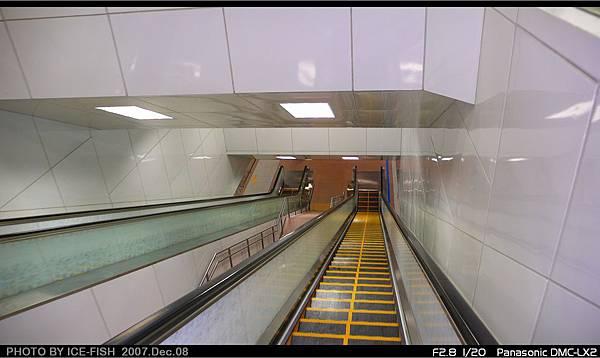 R7獅甲站-通往月台的電扶梯