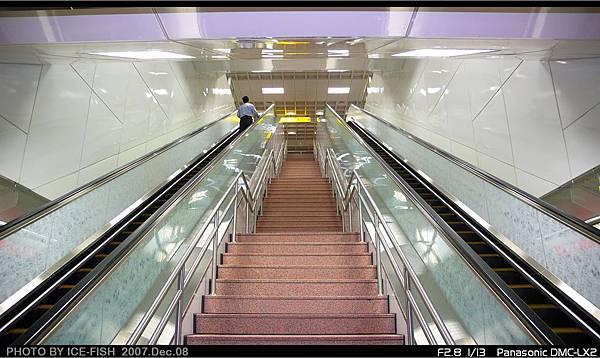 R7獅甲站-連接月台層與穿堂的電梯與樓梯