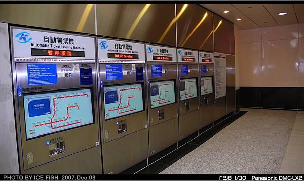 R6凱旋站-一排自動售票機
