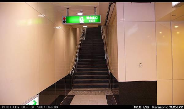 R5前鎮高中站-緊急出口改建的3號出入口樓梯,顯得狹小