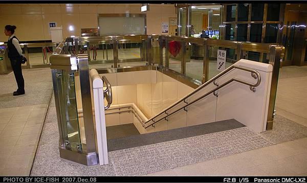 R5前鎮高中站-通往月台層的L型樓梯