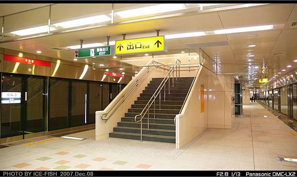 R4A草衙站-月台層的L型樓梯