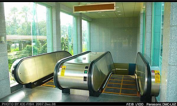 R4高雄國際機場站-1號出入口的電扶梯