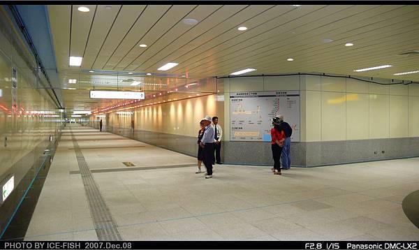 R4高雄國際機場站-與2號會合後,再通往主站體