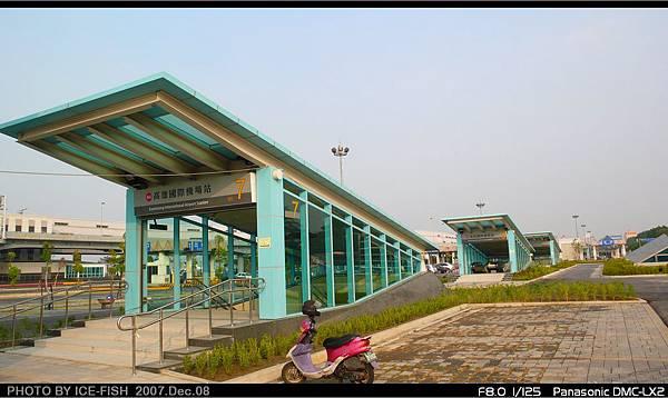 R4高雄國際機場站-3、5、7號出入口連成一線