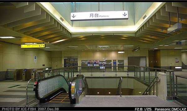 R4高雄國際機場站-通往月台層的電扶梯
