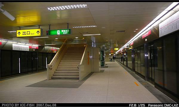 R4高雄國際機場站-月台層L型樓梯