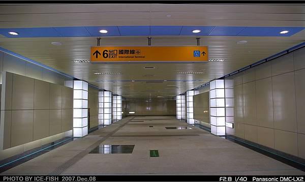 R4高雄國際機場站-通往6號出口的通道,光柱列隊送迎