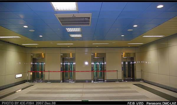 R4高雄國際機場站-6號出入口,一字排開的電梯