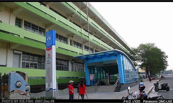 R3小港站-緊臨二苓國小校舍的1號出入口