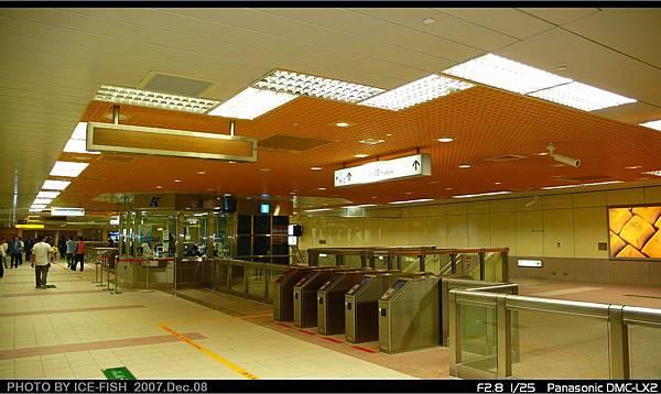 R3小港站-穿堂層,天花板是黃色方格