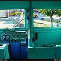 駕駛座沒有特別隔開,就在車廂最前方,右邊則為車長座席,均為木製裝潢