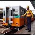 在工作人員指揮下,DHL101車頭即將與光華號列車接合