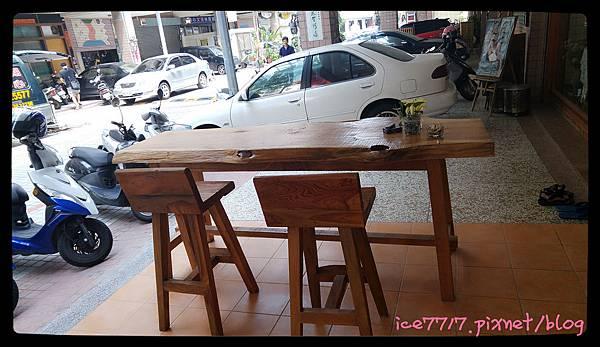E G門口的簡緻木桌椅