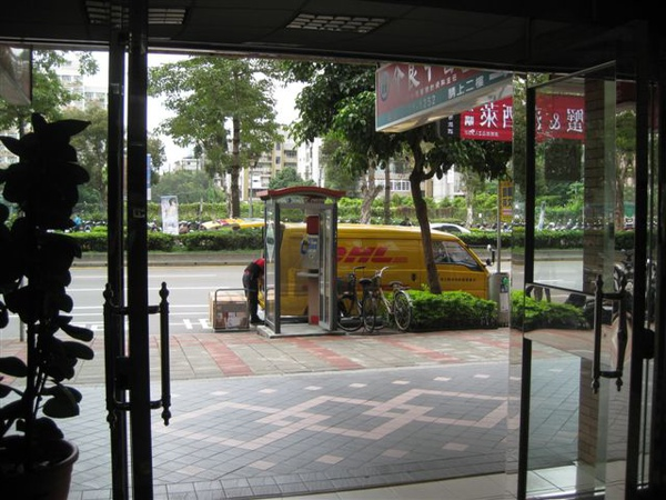 2009.11.10 DHL拼圖送達.JPG