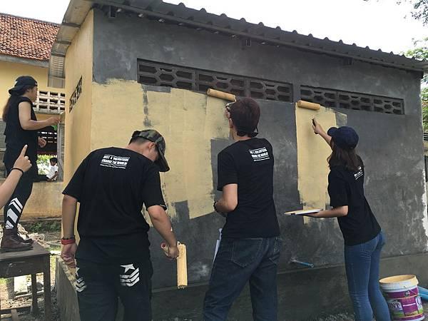 服務志工協助粉刷廁所