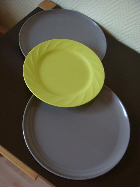 18 大塑膠盤三個 2歐.JPG