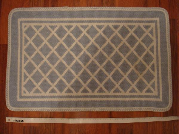 47 淺藍白格地毯 5歐.JPG
