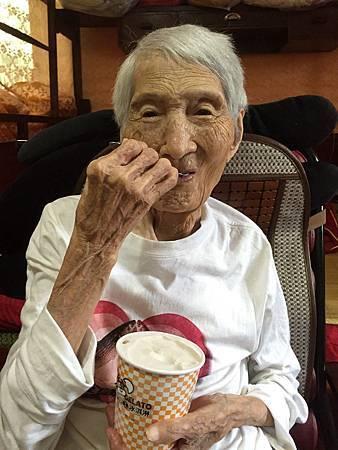96歲吃冰淇淋