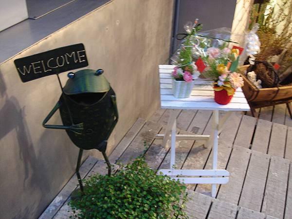 某花店門口的可愛青蛙