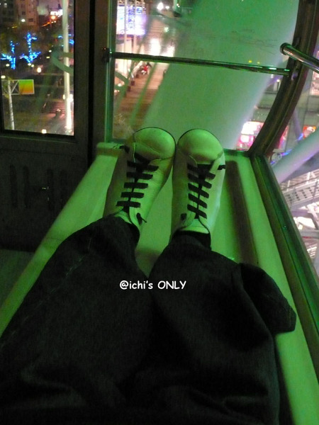 泛青光的白色愛鞋