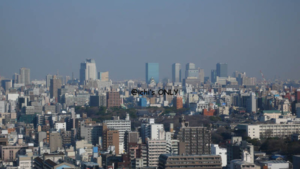 藍色大樓前的大阪城