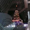 瀑布樓梯上的聖誕樹