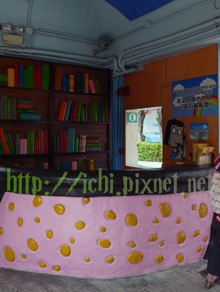 可愛的櫃檯和假書櫃