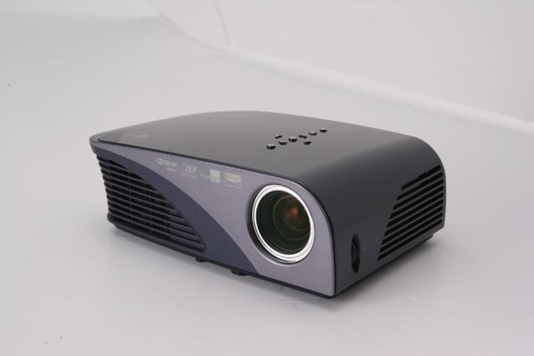 LG再推出時尚輕巧 LED投影機_HS200.jpg