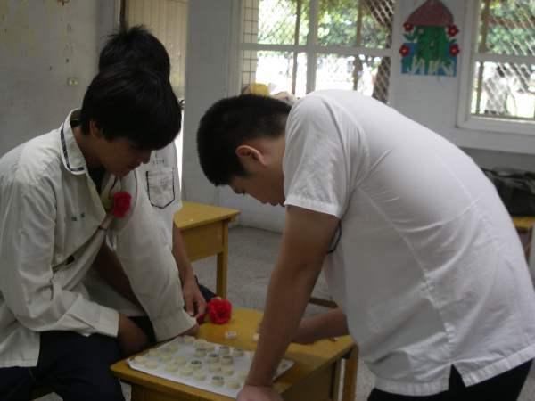奶爸跟憨兒下棋.JPG