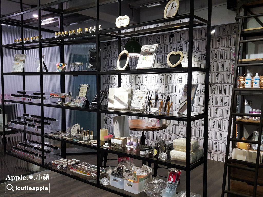 陳列美甲商品的懸空金屬層架