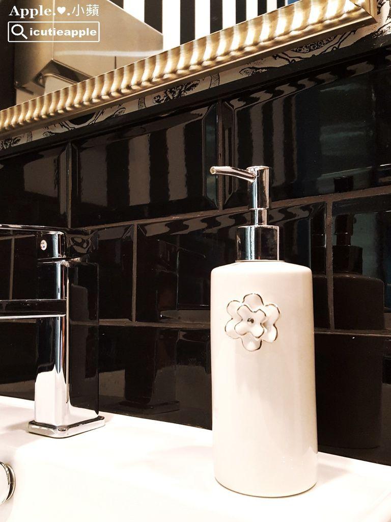 金邊小花裝飾的白色陶瓷洗手乳瓶罐