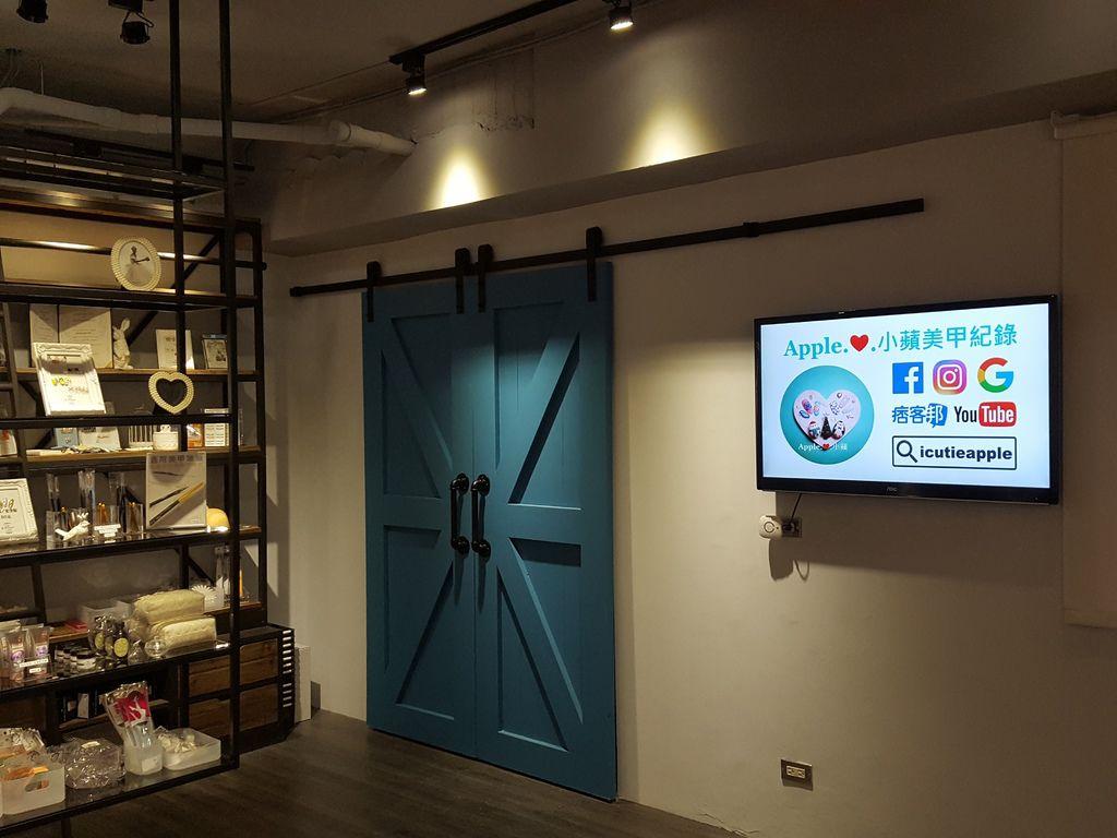 牆面上壁掛的大尺寸LED電視會輪播Tiara相關產品影片