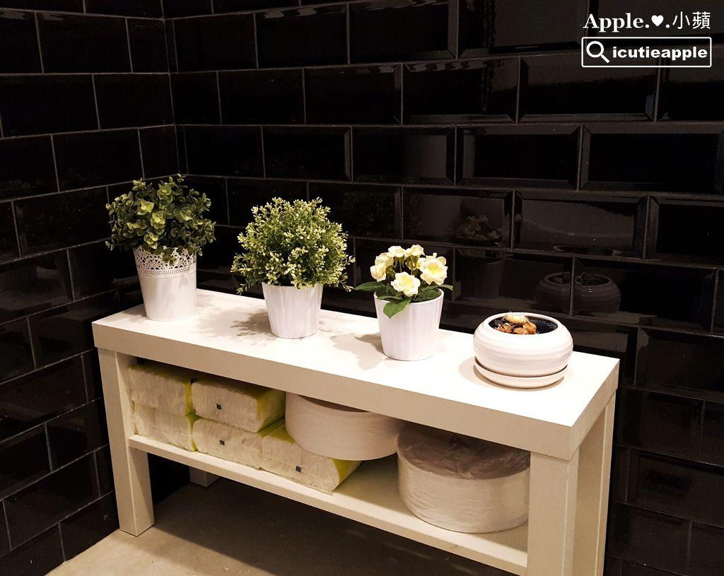 一整排的優雅盆花讓華麗風格的化妝室帶有溫馨感