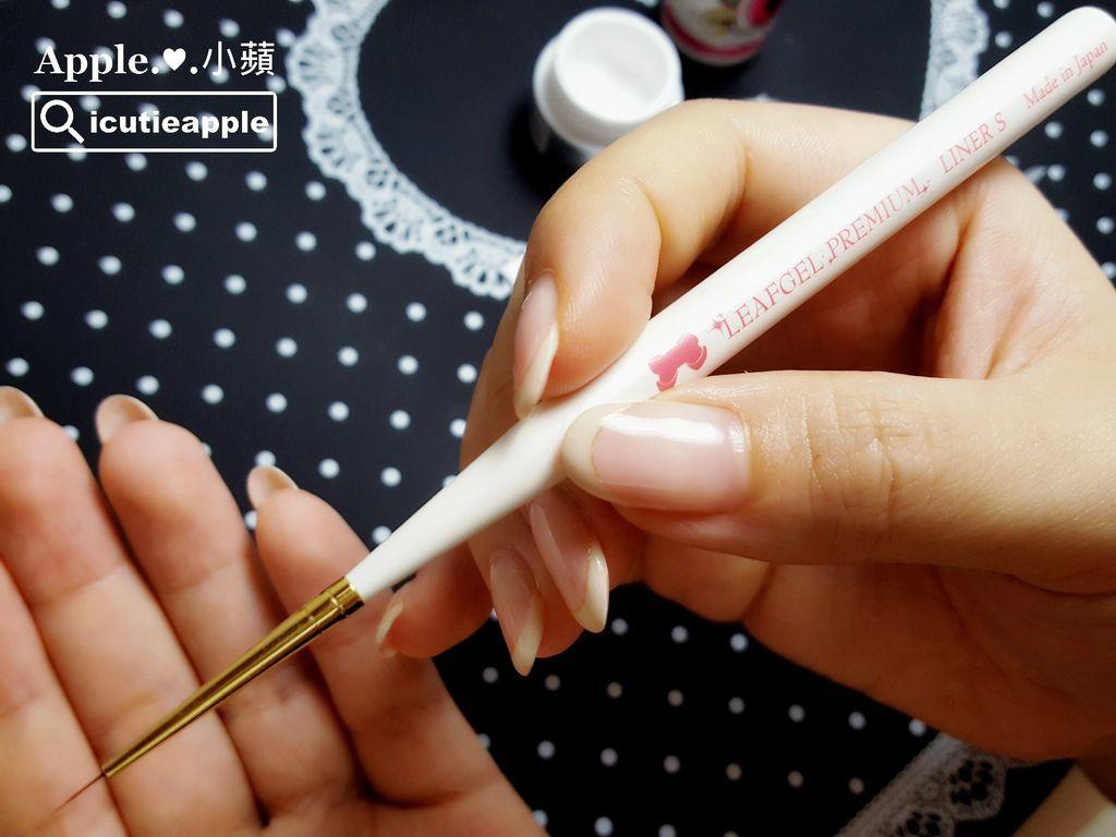 大森2D魔術粉與Leafgel #000 (濃稠白)彩膠調合出適宜的濃稠度後,使用Leafgel LINER S (S號極細線筆)開始彩繪微浮雕刺繡花朵。