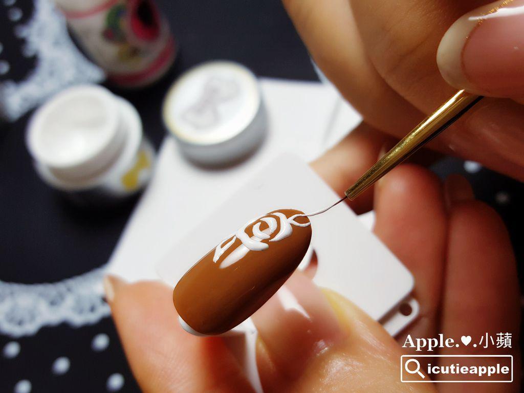 透過近拍照片,可以觀察微浮雕刺繡彩繪的雛型,以及使用Leafgel LINER S (S號極細線筆)彩繪出的極細緻線條。