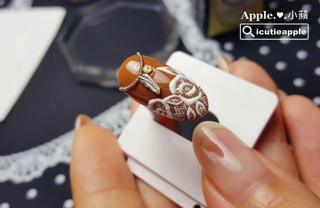 這是在6號甲片上完成的細緻刺繡花朵彩繪,是選擇符合自己甲面大小的甲片來練習。只要使用質地適當的凝膠素材,再搭配能力好的彩繪筆,要完成細緻的彩繪,其實一點也不難。