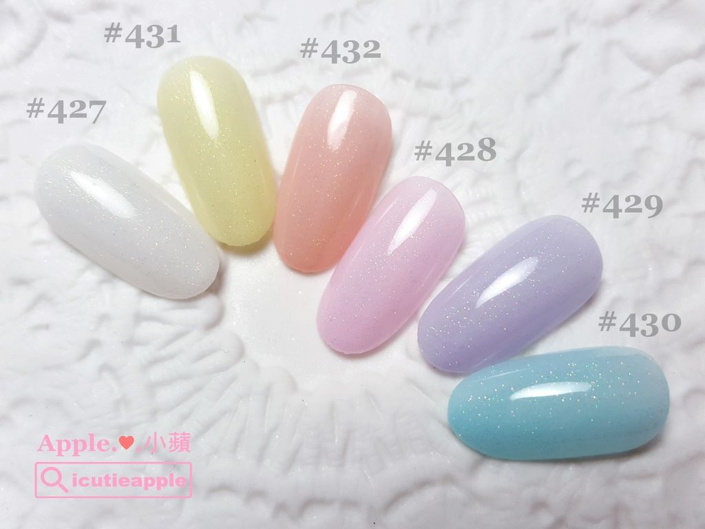 Leafgel #427是乳透白。除此之外,Leafgel還出了一系列粉嫩顏色,塗佈1層會有點透透的感覺,2層則是比較飽和。這一系列在臺日兩地的春夏天是屬於很熱門的必買色,有興趣的女孩兒可以特別留意看看^^