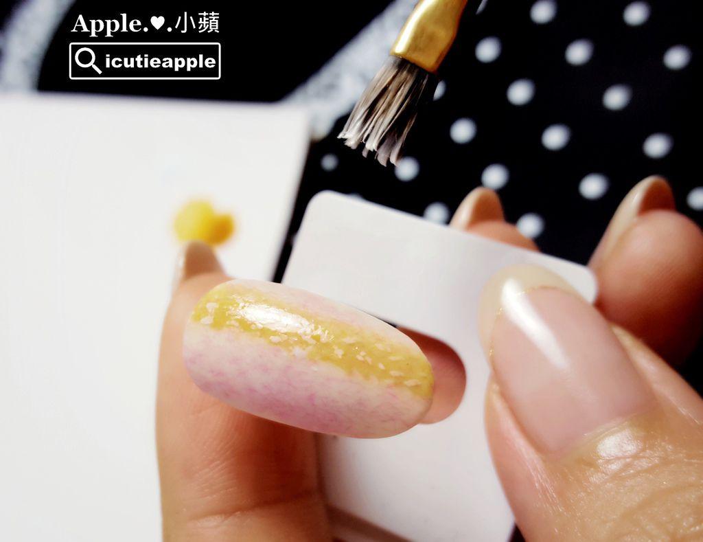wTF18:細膩別緻的毛呢格紋開始有些雛型出來囉~用沾點的手法來呈現毛呢格紋的感覺,小蘋覺得格外別緻又自然。