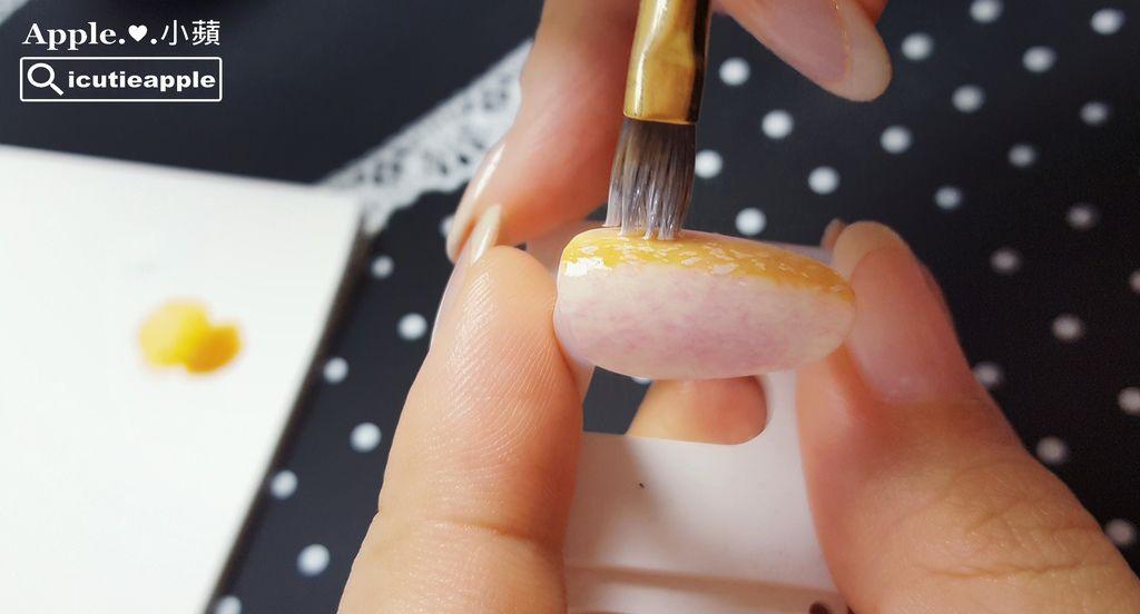 wTF17:接著,沾取極少量的Tiara #054正白色,一樣使用沾點的手法來沾點出些許的白點點。